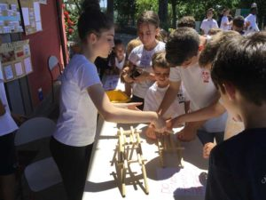 Middle School Students teach elementary students about Da Vinci