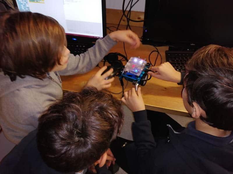 Ragazzi della Castelli International School impegnati in robotica